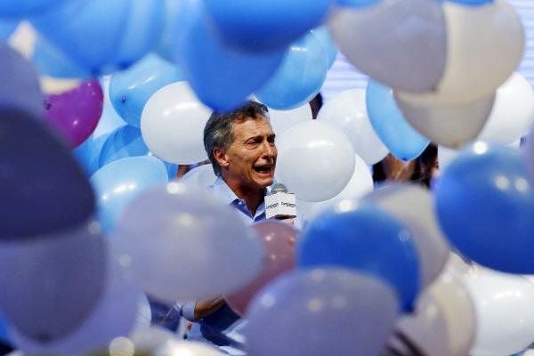 Mauricio Macri balloons-R-600