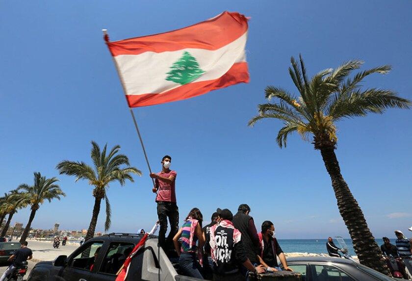 Lebanon-flag-waving-car-R-780.jpg