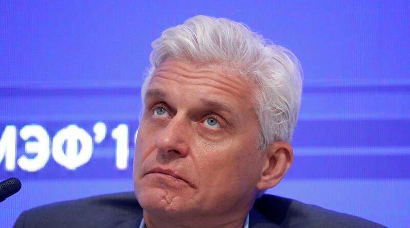 Oleg-Tinkov-Tinkoff-Bank-looking-up-R-960.jpg